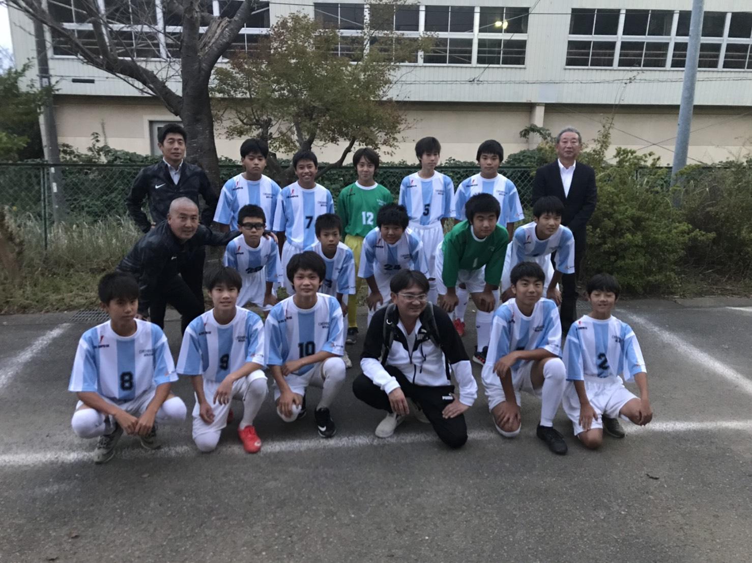 中学校のサッカー部へユニフォームを提供